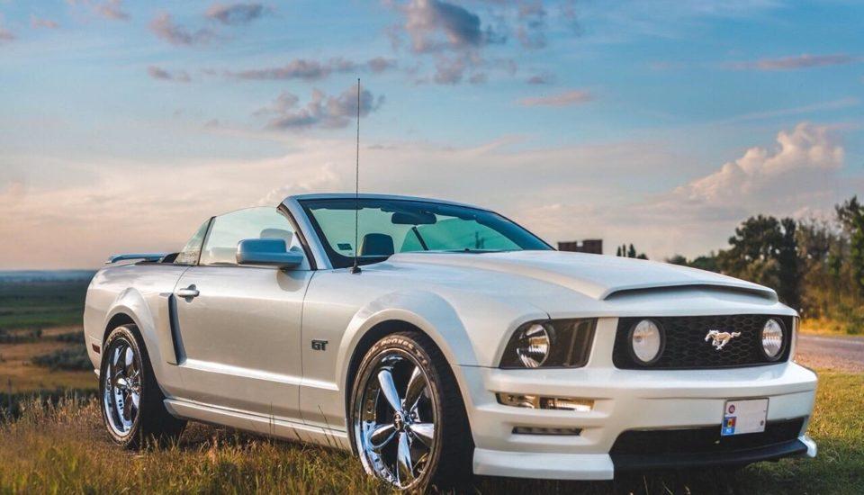 Ford Mustang decapotabilă albă